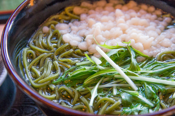 ランチでは、宇治茶を麺に練りこんだ茶そばが頂けます。もちもちとした食感で、ほのかに抹茶の風味が漂い、昆布出汁によく合います。