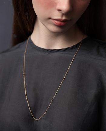 こちらはダイヤモンドを両面に配置して、さりげなく輝きを与えてくれるロングネックレス。どんなネックレスとも重ね付けしやすく、上品にコーディネートできます。