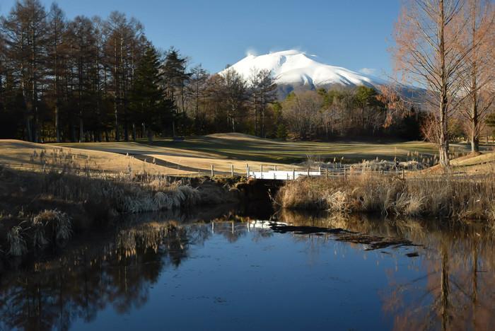 雪化粧が美しい浅間山。軽井沢の大自然に触れて、気分爽快になれそうです。