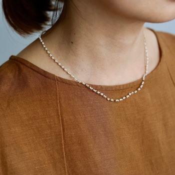 小ぶりでさりげないデザインのネックレスが多いので、重ね付けにもピッタリなアイテムが揃っています。大人の女性が気兼ねなく身に着けられる、品のあるアクセサリーブランドですね。