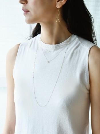 ネックレスの重ね付けは、あわせる洋服によっても雰囲気が大きく異なります。例えば首元のつまったトップスやシャツなどに合わせるなら、これくらい長さに差があってもおしゃれですよね。反対にVネックやオフショルダーに合わせるなら、短めのネックレスを重ね付けした方がバランスの良いスタイリングになります。