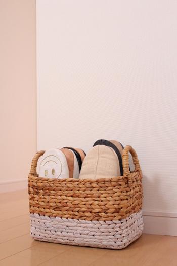 取っ手付きのカゴは、持ち運びにも便利。カゴごとお外に持ち出して、スリッパを陰干ししたりも苦になりません。
