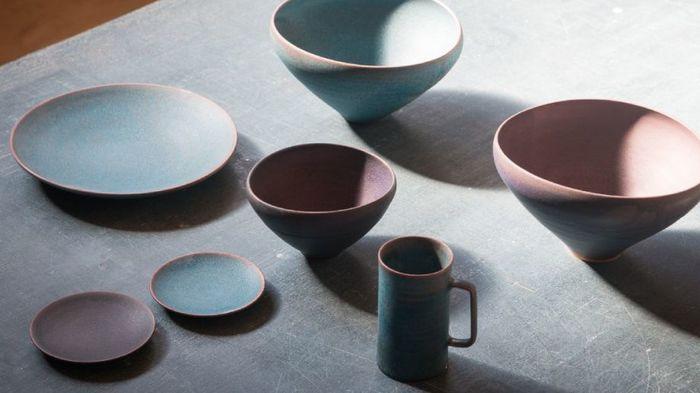 吸い込まれそうな澄んだブルーと、優しく素朴な印象のパープルの2色の器は【copperシリーズ】。なんとこの美しい色、オーダーメイドの依頼の際、別の発色を狙って焼いた時に焼成方法を失敗して生まれたという、偶然が生んだ奇跡の色なのです。そのままでも華やかな印象もありますが、料理との相性も良くプロも愛用しているほど。独特な色合いはどこか神秘的な印象も漂わせる、不思議な魅力を持ったシリーズです。