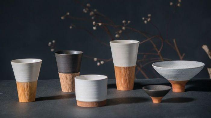 【KAKELシリーズ】は、トキノハの清水大介さんと、喜木家具工房の南山喜揮さんによる合作です。陶器と木工が織りなす異素材のコントラストが美しく、高級感が漂います。きっかけはとてもシンプルで、「取っ手がなくても熱くないコーヒーカップは作れないだろうか?」という疑問からで、もちろんしっかりと叶えています。全てを手作業で行い、陶器と木をぴったりと合わせる加工は高い技術と時間が求められます。腕を磨いた2人だからこそ出来た逸品です。