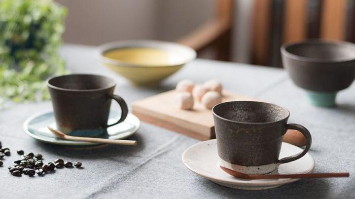 【black&tetraシリーズ】は、先ほどご紹介したshiro-kuroシリーズの黒いマンガン釉とtetraシリーズを組み合わせたもの。対する色を取り入れることで、どちらの魅力も引き立っていますね。質感は少しザラザラとした粗めの手触りで、素朴な土の風合いを楽しむことが出来ます。また、こちらのこだわりは配色のバランス。色の感覚などで印象も変わるため、試行錯誤を重ねた末、絶妙なバランスにたどり着いたそうです。鮮やかな色使いが楽しい、大人レトロなシリーズです。