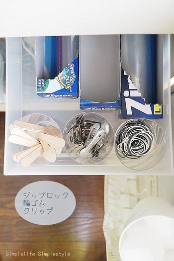 浅い引き出し収納に向いている方法です。  もともと入っている箱をそのまま使用して収納するので、ひと目で種類が把握しやすく、取り出しやすいでしょう。  引き出しの中で幅をとってしまうので、スペースに余裕がある場合に向いています。