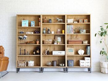 風水から見ると、縁起のよいリビングルームには、リラックスできる空間づくりが欠かせないのだそう。  落ち着いた色味で、かつ他のインテリアと調和する色合いの本棚を選びましょう。雑然として見えないよう、本はある程度固めて置いたり、ホコリがたまらないように常に綺麗に保つことも大切です。