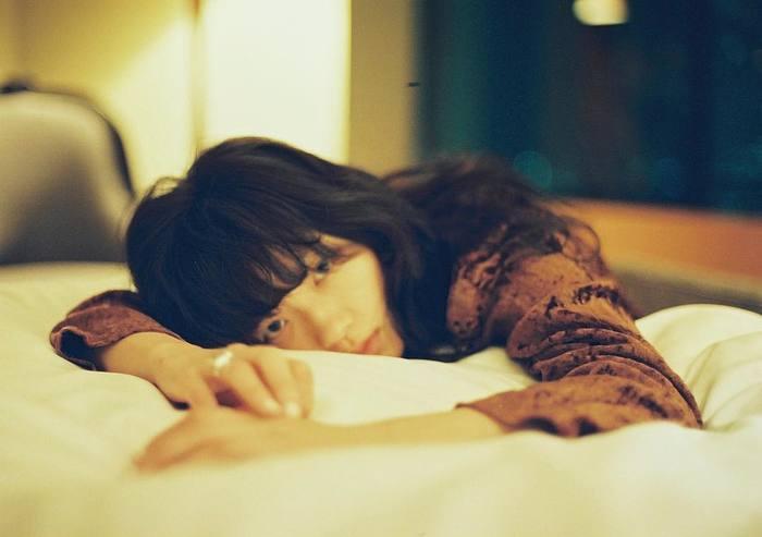 排卵後から生理直前に起こりやすいのが、不眠や過眠と言った睡眠トラブル。基礎体温の高温期にあたるため、日中にウトウトしたり、逆に夜眠る時に体温が下がらず、寝つきが悪くなるということも。