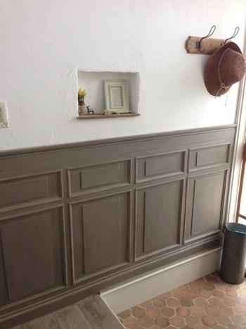 「ニッチ」とは、インテリアなどを飾るために作る、壁を凹ませた部分のこと。スペースの取りづらい場所にも設置しやすいことから、玄関に取り付けるおうちも増えてきました。