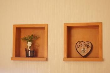 グリーンや木製のプレートがウッド調のニッチと溶け込んで、ナチュラルであたたかな玄関に。メッセージをしたためたボードで、おもてなしの心を伝えてみるのも◎