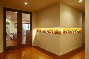 こんな横長のニッチなら、高さが取れなくても玄関にしっかりと高級感が。玄関ホールのスペースが狭い場合は、縦長のデザインのニッチも素敵です。