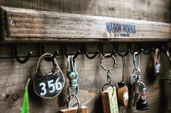 玄関ニッチの飾り棚を鍵置き場として使っているおうちも多いようです。毎日使うものだからこそ、目のつきやすいところに置いておきたいですよね。
