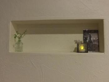 ライトが付いていなくても、キャンドルを飾ってあげることで、間接照明と同じ効果が!ほんのりとした灯りが、玄関をあたたかく照らしてくれます。