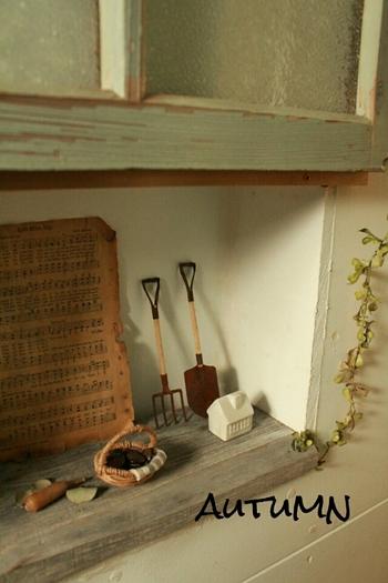 ニッチの上部に古材と窓を飾り付け。ヴィンテージ感漂う、味わいのある玄関を作ることができますね。