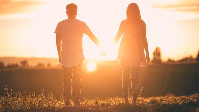 《恋は盲目》というように、理性が抑えきれないくらい夢中になってしまう恋もきっとあるはず。「彼に喜んでもらいたい」「必要とされたい」と思えば思うほど空回りしてしまう…そんな時にぴったりなのがこの1本!恋に翻弄されながらも愛を信じサマーと向き合おうとするトムと、けして愛は信じないけれど恋を楽しむ小悪魔なサマーの姿には、もどかしくもそこから逃れられない恋の本質が見え隠れして、目が離せなくなるでしょう。二人の結末を知った後はほどよいほろ苦さと爽快感が残るはず。愛し方のベクトルが違う二人の生き方に、恋のやるせないループを断ち切るヒントが見つかるかもしれません。