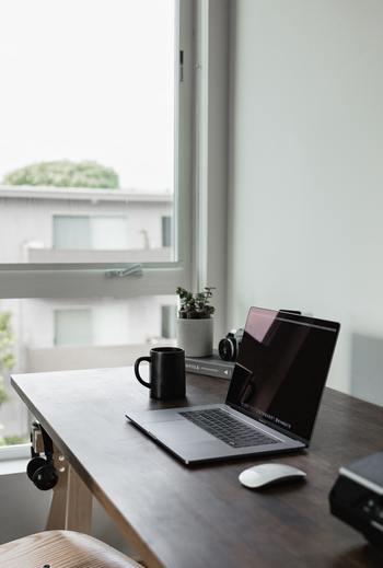 ついつい、ネットサーフィンをしてしまう方は、時間を決めて必要な情報だけを選んで受け取りましょう。仕事でパソコンを使う方は別として、オフの日もネットの情報を頭にインプットし続けると疲れてしまいますよ。あまりにもネットに依存している場合には、「デジタルデトックス」が必要かもしれませんね…。