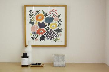 ご自分の好きな絵やファブリックパネルを飾ると玄関の雰囲気が一気に明るくなりますよ。『家の顔』にふさわしい、素敵な絵を飾りたいですね。