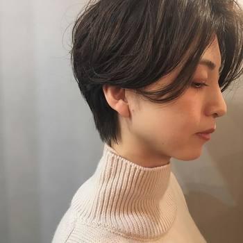 前髪をサイドに流すとキリっとした雰囲気のクールビューティーに。首元がしまったタートルでも顔が膨張して見えません!大人の女性にぴったりなヘアスタイルです。