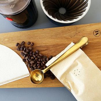 そのまま、クリップとして残ったコーヒー豆の袋をとめておくことができて◎。見た目もとってもオシャレでインテリア性もバッチリです。