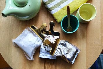 Clip Clip with handle(L75×W60mm)。使いやすい形状は、食卓に置いて手軽に食べかけのお菓子や、茶葉を止めておくのに便利です。