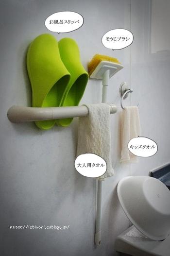 元々は、お風呂の手すりバーに、バススリッパやタオルを掛けていたこちらのブロガーさん。 吸盤を使いキッズタオルを掛けていたそうですが、こまめに掃除をしなくてはカビが発生してしまうという難点が…。