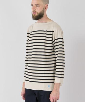 """伝統的な製法でつくられる「ラッセル生地」は、着こむほどに風合いが増して、デニムのように""""育てる楽しさ""""も味わえる素材です。ベーシックなボーダー柄や可愛いミツバチマークのアクセント、男性でも女性でもおしゃれに着こなせるジェンダーレスなデザインなど。たくさんの魅力が詰まったORCIVALのTシャツは、大切な方へのギフトにぜひおすすめです。"""