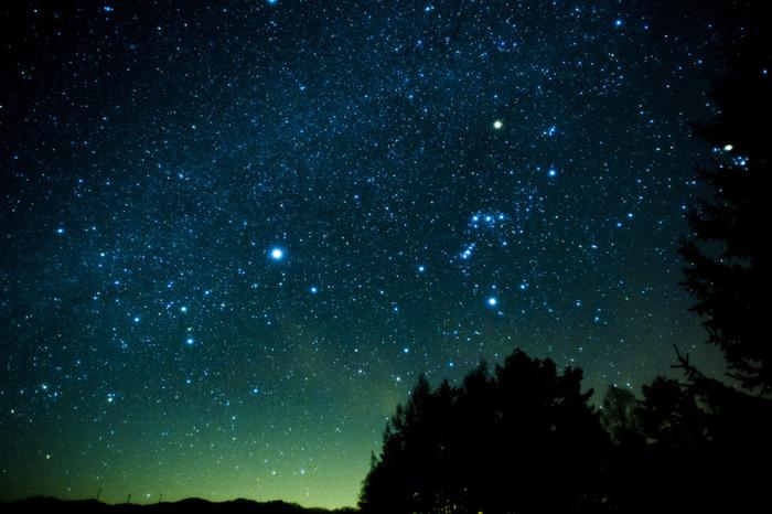 空気が澄んでいるだけではなく、冬の星空には全天で一番明るく見える恒星シリウスを始め、赤く輝くベテルギウスや青白く輝くリゲルなど明るい1等星が8つもあるんです。そもそも明るい星が夜空に現れる季節多なんですね。ちなみに、シリウスとはギリシャ語で「光り輝くもの」という意味なのだそう。