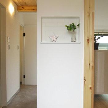 こちらはレンガのような壁紙を使用。フロアに使われている無垢材とともに、あたたかくナチュラルな空間を演出してくれます。