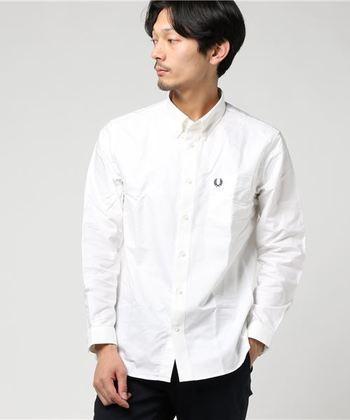 男性には胸ポケットの付いたクラシカルなデザインがおすすめです。シンプルなオックスフォードシャツは、ブレザーやニットを合わせたオーセンティックなスタイルと好相性。様々なコーディネートに上品なアクセントをプラスしてくれます。