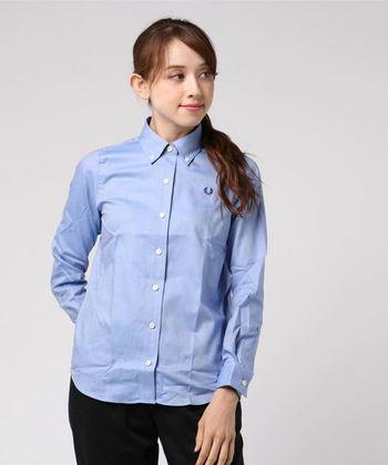 ウェアやシューズ、バッグなど幅広いアイテムを提案するイギリスのファッションブランド「FRED PERRY(フレッドペリー)」。ブランドロゴである月桂樹の刺繍をアクセントにしたオックスフォードシャツは、年齢・性別問わず長く愛用できる人気アイテムです。
