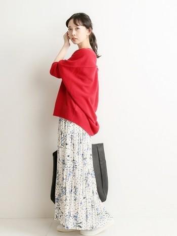 春が近づくと明るい色のお洋服を着たくなりますよね!そんな時は、赤トップスに小花柄のプリーツスカートを合わせて春満開コーデに。白スニーカーと大きめバッグでコーデのバランスを調整してください。