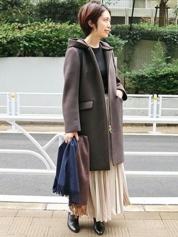優しいクリーム色のスカートには、大人ブラウンのコートを合わせて可愛らしさは控え目に。インナーや靴も黒で統一するとよりシックな大人コーデに仕上がりますね!