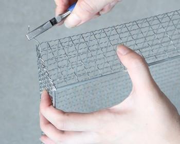 四隅の継ぎ目は、はんだごてやワイヤーを使って編み込み、お好みで取っ手を付けたり、ネームタグを付ければ完成!
