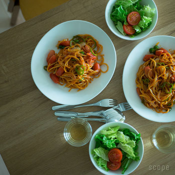 食器は、料理をおいしく見せてくれる重要なアイテム。どんなジャンルの料理にも対応するシンプルな食器を、シリーズでそろえるのもおすすめです。こちらは、フィンランドの上質な日常食器「itttala(イッタラ)」のスターターセット。