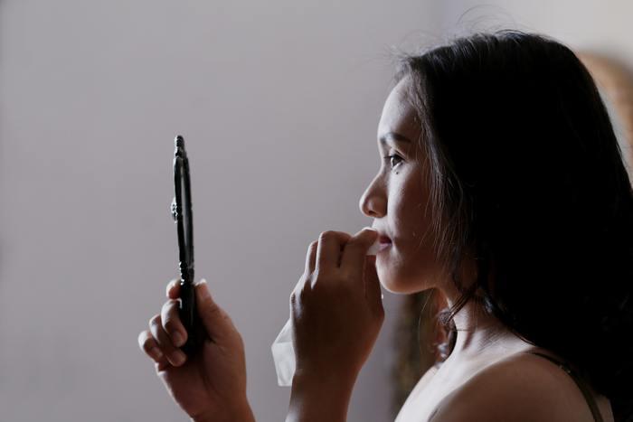 夕方になると顔がくすんでしまうのは、化粧品と皮脂が混ざって酸化することも原因のひとつと言われています。さらに、黒ニットを着ているときは、それが目立ちやすい。  対策として、油取り紙やティッシュでこまめに皮脂を取ってあげること。それでも効果が薄いときは、スプレー容器に入れた化粧水を顔にサーっとかけ、15秒ほど放置し、ティッシュやハンドタオルでポンポンとふき取ってあげるといいですよ。