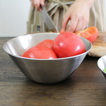 シンプルで美しく、使い勝手のよさで知られる柳宗理キッチンアイテム。こちらは丈夫で衛生的なステンレスボウルです。ツヤ消しなので、傷も目立ちません。19cmは、ちょうど使い勝手のいいサイズです。