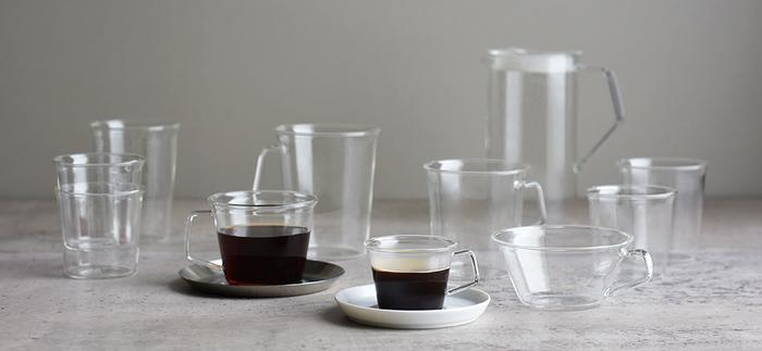 """お水やドリンクに欠かせないグラス。CASTは""""妨げないデザイン""""をコンセプトにしたシンプルなグラスウエアです。ウォーターグラスのほか、コーヒーカップやスープカップ、ミルクマグなどバリエーションも豊富。気軽に日常使いできるのがいいですね。"""