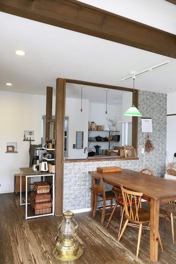 キッチンカウンターとダイニングを仕切っているレンガ調の壁、これ実は100均のリメイククッションシート!品よくアンティークな空間を作っています。