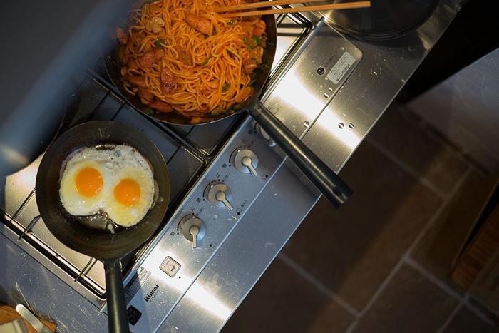 職人の技術で数千回叩いて作られる鉄製フライパン。しかも、適度な薄さでさほど重くないのもメリットです。また、持ち手一体なので、壊れにくく、汚れもたまらず清潔。少し値が張りますが、上質な鉄フライパンは一生もの。そう考えると、むしろお安いかもしれませんね。安心の日本製です。