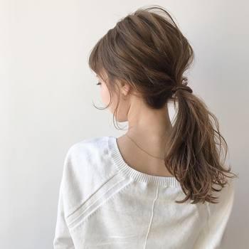 毛束感を生かした低い位置のポニーテールで、ナチュラルな印象に。サーモンピンクの優しい色合いとマッチして、柔らかな女性らしさを演出します。