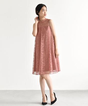 女性らしいシルエットを作る、Aラインのフレアドレス。くすみがかったサーモンピンクなので、大人かわいい印象に♪