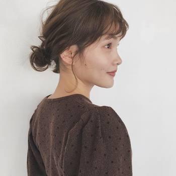 ビビッドなイエローのドレスには、ふんわりとしたおだんごヘアで、優しいニュアンスを。ゆるりと取ったおくれ毛が、こなれ感のある雰囲気に。