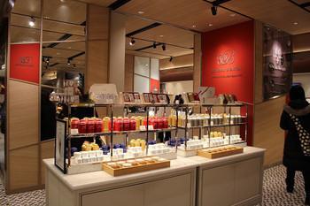 店頭には、たくさんの紅茶が並んでいます。どれを選ぶか迷ってしまいそうですね。