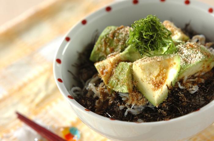 森のバターと言われるほど栄養価が高いアボカドにシラスも共にご飯に乗せた「アボカドシラス丼」。わさび醤油で召し上がれ。