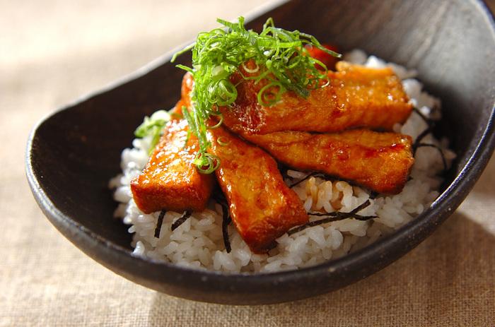 お肉がなくてもしっかり食べ応えのある丼を作りたい時は「厚揚げの蒲焼き丼」がオススメ。まぶしておいた片栗粉が甘辛いタレと絡まりとっても美味!お弁当にも良いですね。