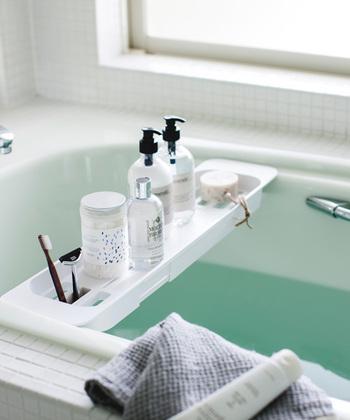 浴槽の縁に掛けて使うバスタブトレーは、浴槽に浸かってのんびり過ごしたい時にぴったり。防水のテレビやスマートフォンを置いて楽しんだり、美容アイテムを用意してマッサージにじっくり時間をかけたい時などに活躍します。