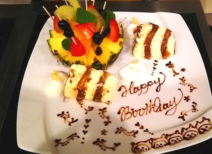こんな豪華でかわいいバースデープレートも頼めちゃいます!お友達の誕生日にサプライズしたら絶対に喜んでもらえそうですね。