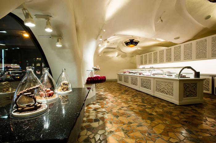 銀座駅から徒歩2分でたどり着く銀座店。壮麗な店内に小さな芸術品のようなチョコレートが並ぶさまはまるで宮殿のよう です。