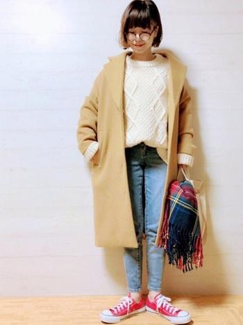 キチンと感のあるベージュのコートと白ニット、薄色デニムの淡色コーデに赤の差し色が映えるコーディネート。差し色は、ダークトーンに華やかさを与えるだけでなく、ライトカラーの着こなしの引き締め効果も期待できます。