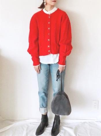 定番カラーのカーディガンをすでに持っているなら、二枚目はアクセントとなる赤をセレクトしてみてはいかがでしょう。首元のシャーリングが可愛らしいシャツとあわせれば、レディな着こなしに。